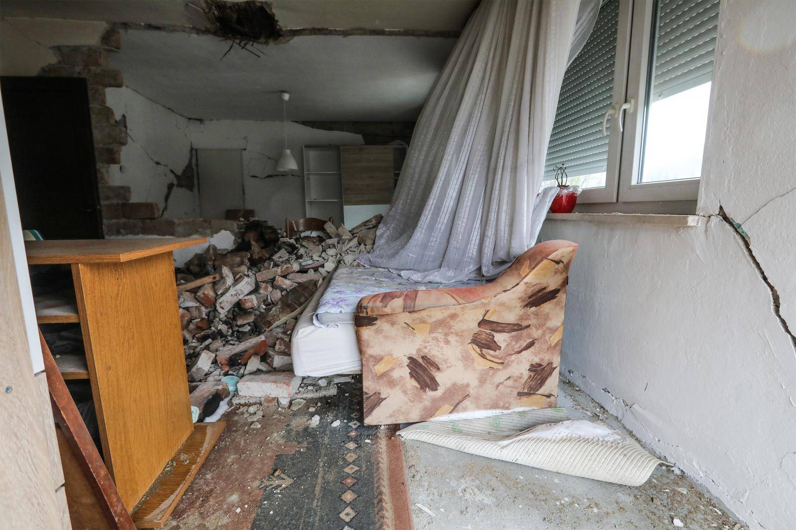 Epicentar: Svaka druga kuća za rušenje, kao da je meteor pao...