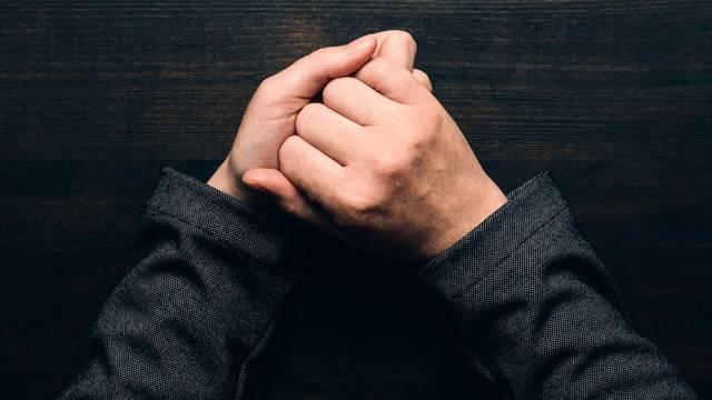 Govor tijela: Evo što znači kad netko sjedi i ovako drži ruke