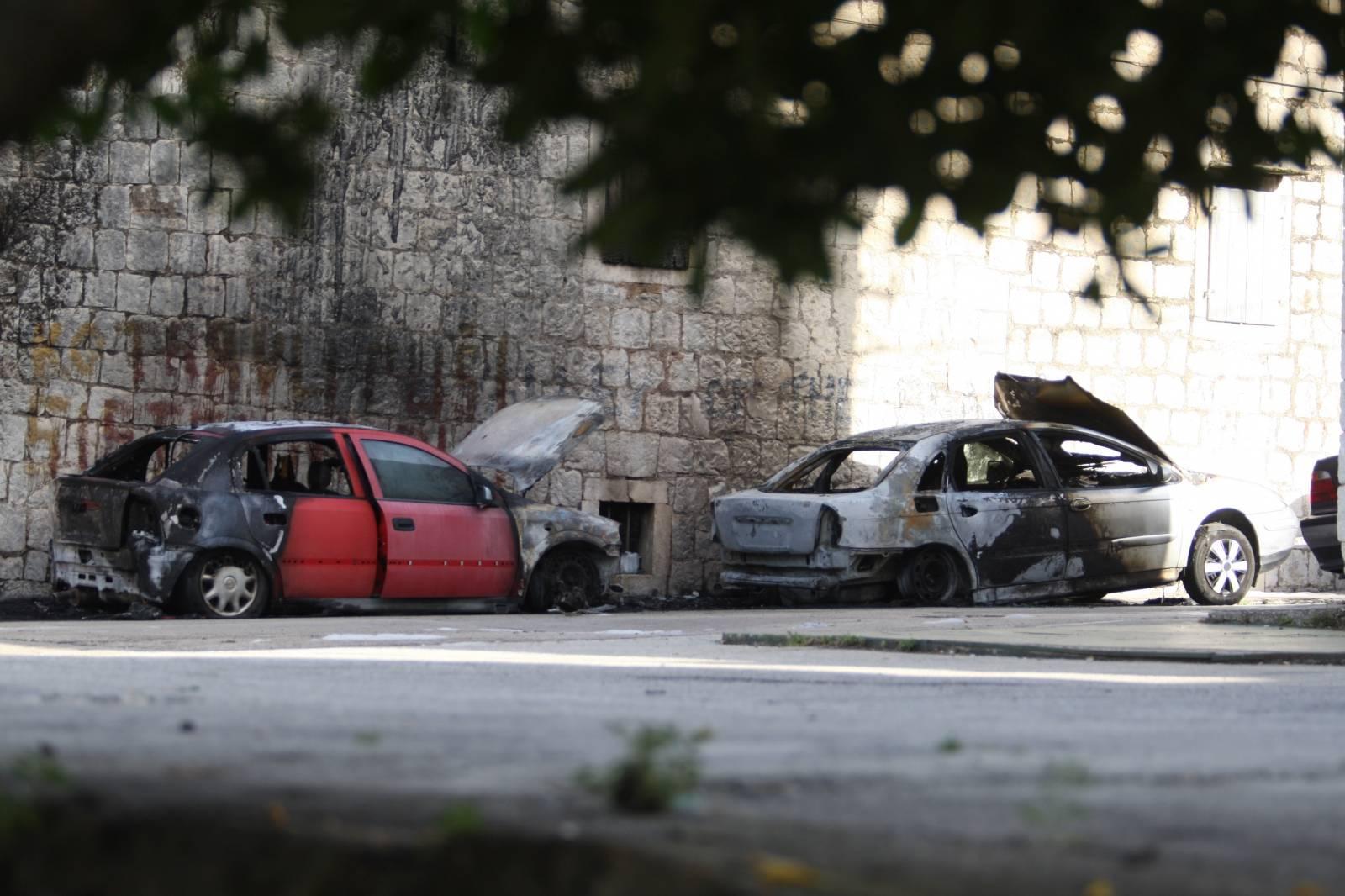 Nedaleko od pošte u Kaštel Sućurcu u potpunosti izgorjela dva automobila
