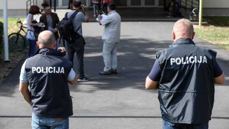 Djevojčici pozlilo u školi, bojala se izaći zbog prosvjednika, ocu i majci prijavu zakačili za brisače