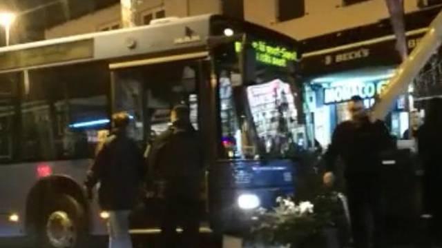 Sam od sebe krenuo: ZET-ov autobus udario u terasu kafića