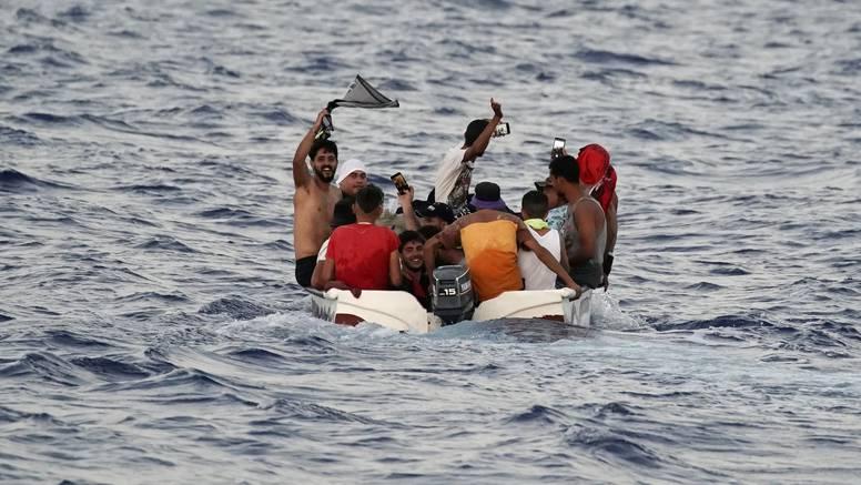 Plutali u moru: Spasili više od 500 migranata kod Lampeduse