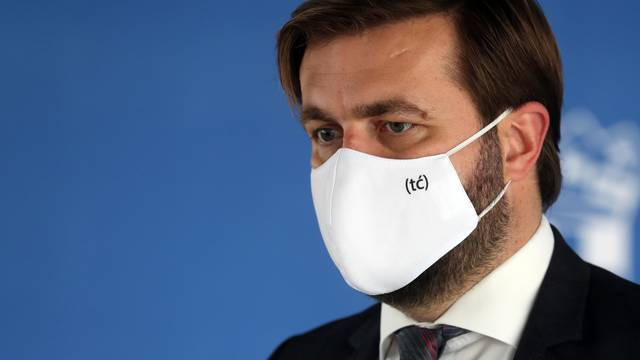 Zagreb: Ministar Ćorić iskoristio konferenciju i zaštitnu masku da reklamira svoj Twitter