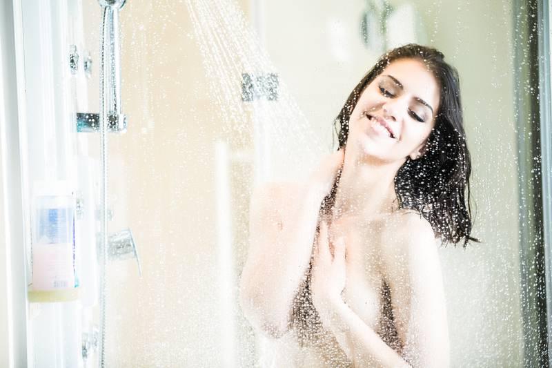 Previše vruća voda može skinuti sloj masnoća i lipida s vaše kože