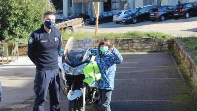 Policija je nagradila Karola (9) koji je pronašao novčanik: ' I ja želim jednog dana biti policajac'
