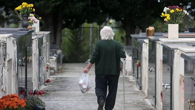 ?ibenik: Gradjani obilaze grobove svojih najmilijih na blagdan Svih svetih