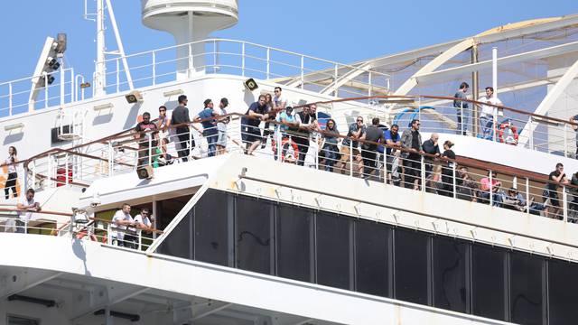 Kruzer Carnival Breeze s Hrvatima usidrio se u Dubrovniku