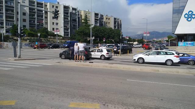 Splićani su dizali prevrnuti automobil da bi spasili ženu