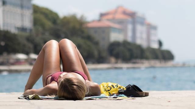 Zadar: Pripadnice ljepšeg spola uživaju u sunčanju na gradskoj rivi