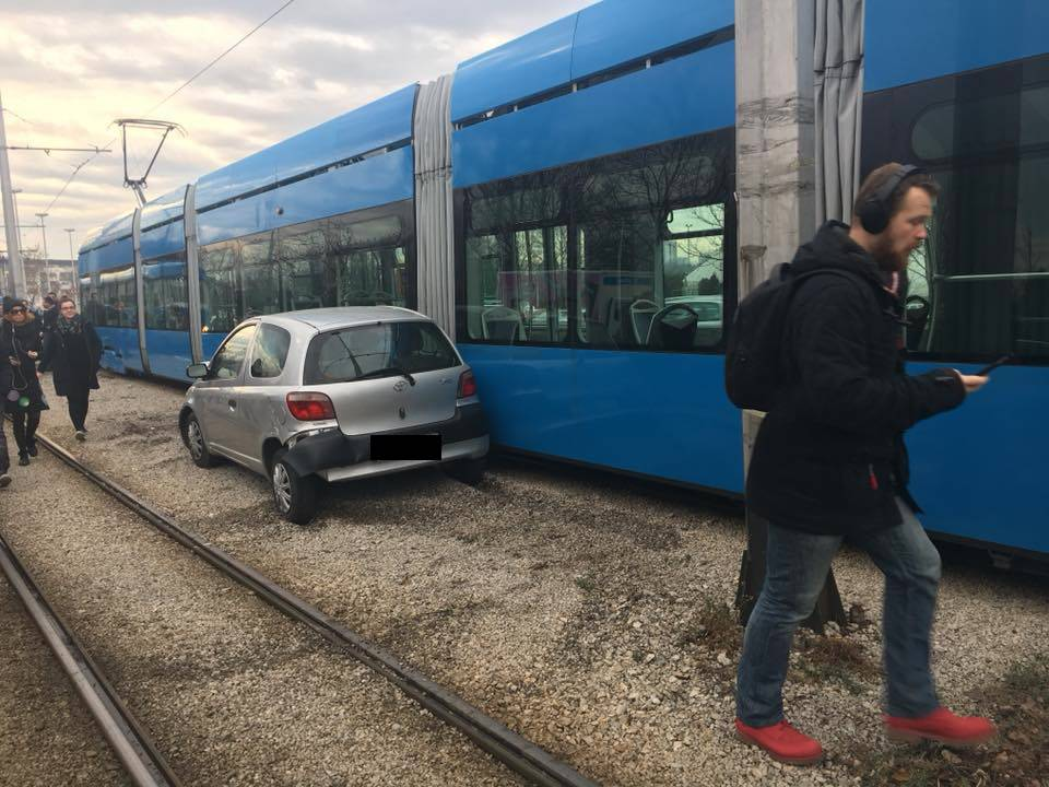 Auto se sudario s kamionom pa odletio i zabio se u tramvaj