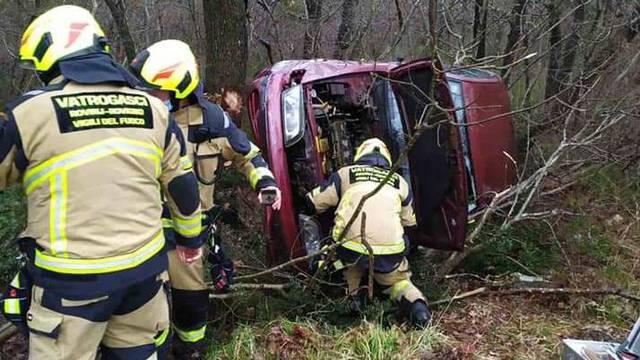 Pijan s malim djetetom sletio s ceste i autom se zabio u stablo