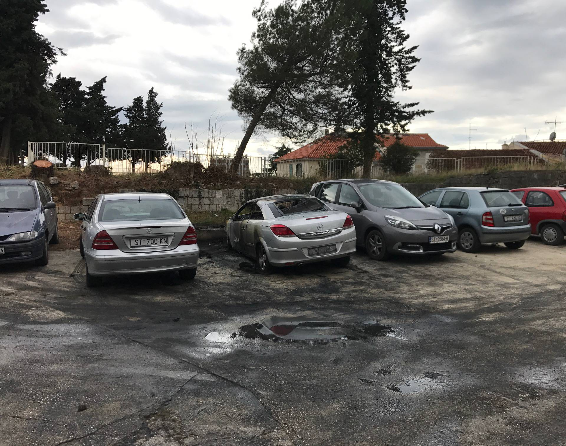 Ta vatrena splitska noć: Netko pod okriljem noći zapalio Opel
