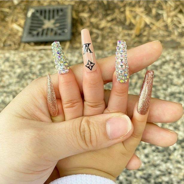 Beba s umjetnim noktima