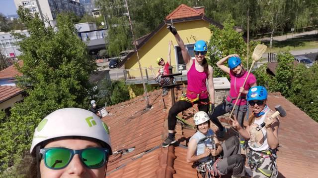 Dame su ušle u gojzerice, stavile kacige i popele se na krovove da pomognu Zagrebu
