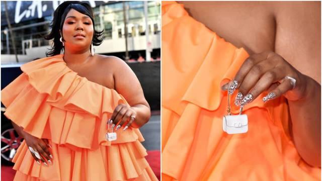 Došla s najmanjom torbicom na svijetu: 'U njoj nosim kondome'