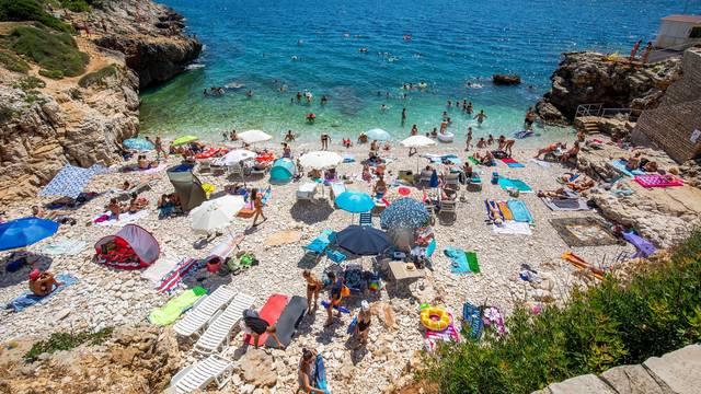 Strani i domaći turisti bezbrižno uživaju na pulskim plažama