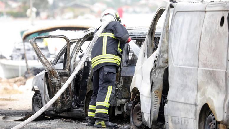 U Dubrovniku su jučer gorjele brodice, kombi, auta. Policija: Požar je izbio u gepeku kombija