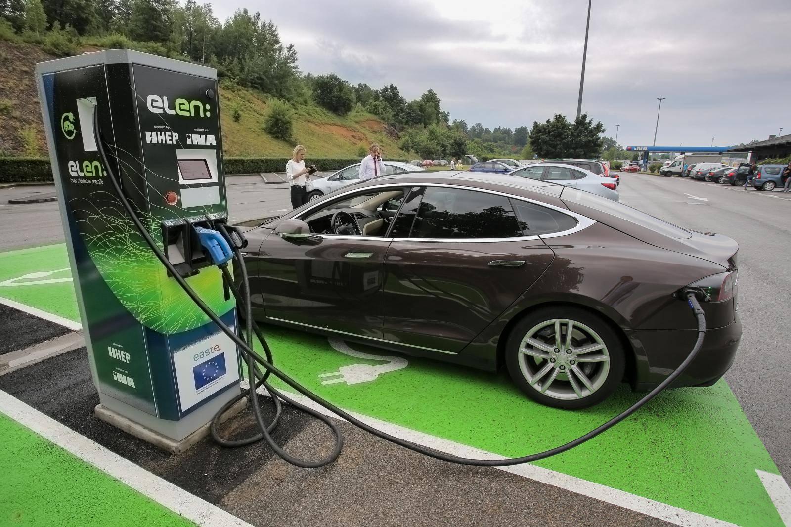 Na benzinskoj postaji INA u Brinju otvorena je prva punionica za električne automobile