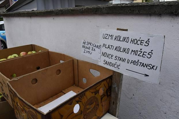 """Slavonski Brod: Pnudio jabuke prolaznicima uz natpis - """"Uzmi koliko hoćeš, plati koliko možeš!"""""""