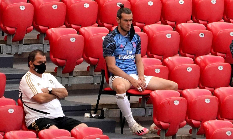 Bale opet nestašan: Na klupi je 'dalekozorom' pratio utakmicu