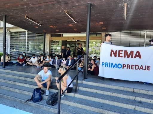 Nakon smjene dekanice, ispred Filozofskog počeo prosvjed studenata protiv rektora Borasa