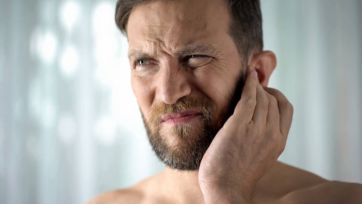 Trikovi kako se riješiti zaostale vode u ušima - spasit će vas!