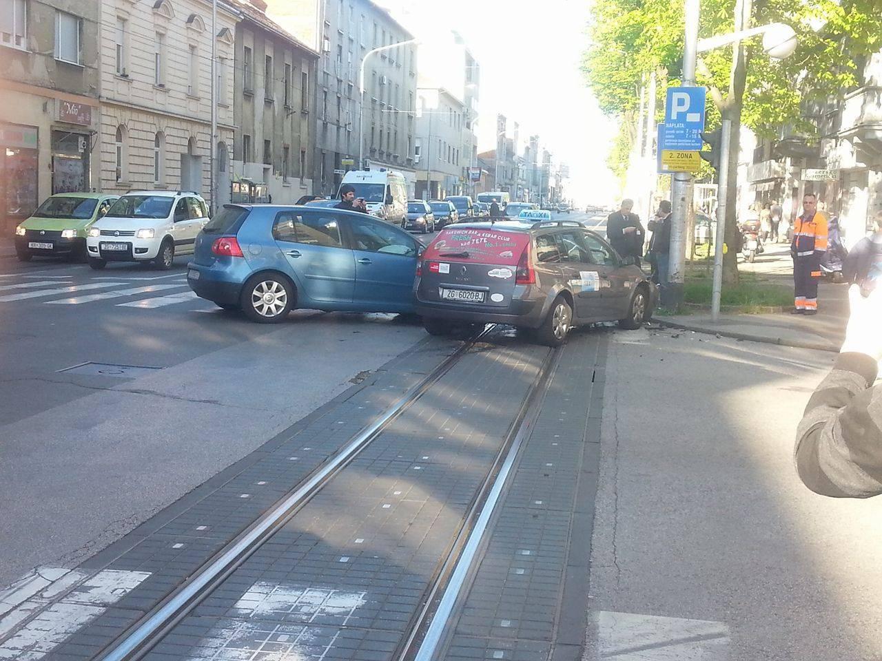 Još jedna nesreća na Kvatriću, sudarili se osobni auto i taksi