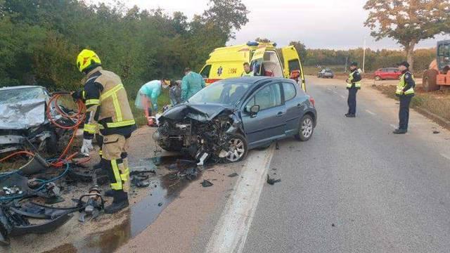 Frontalni sudar u blizini Poreča: Jedna žena smrtno je stradala