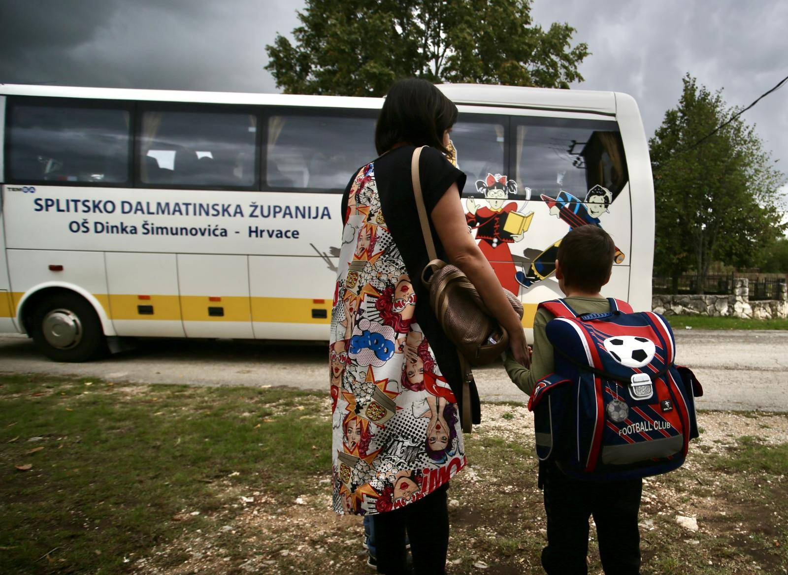 Nikola iz zaseoka Jukići na cesti gleda kako školski bus prolazi. U školu ga zato voze susjedi...