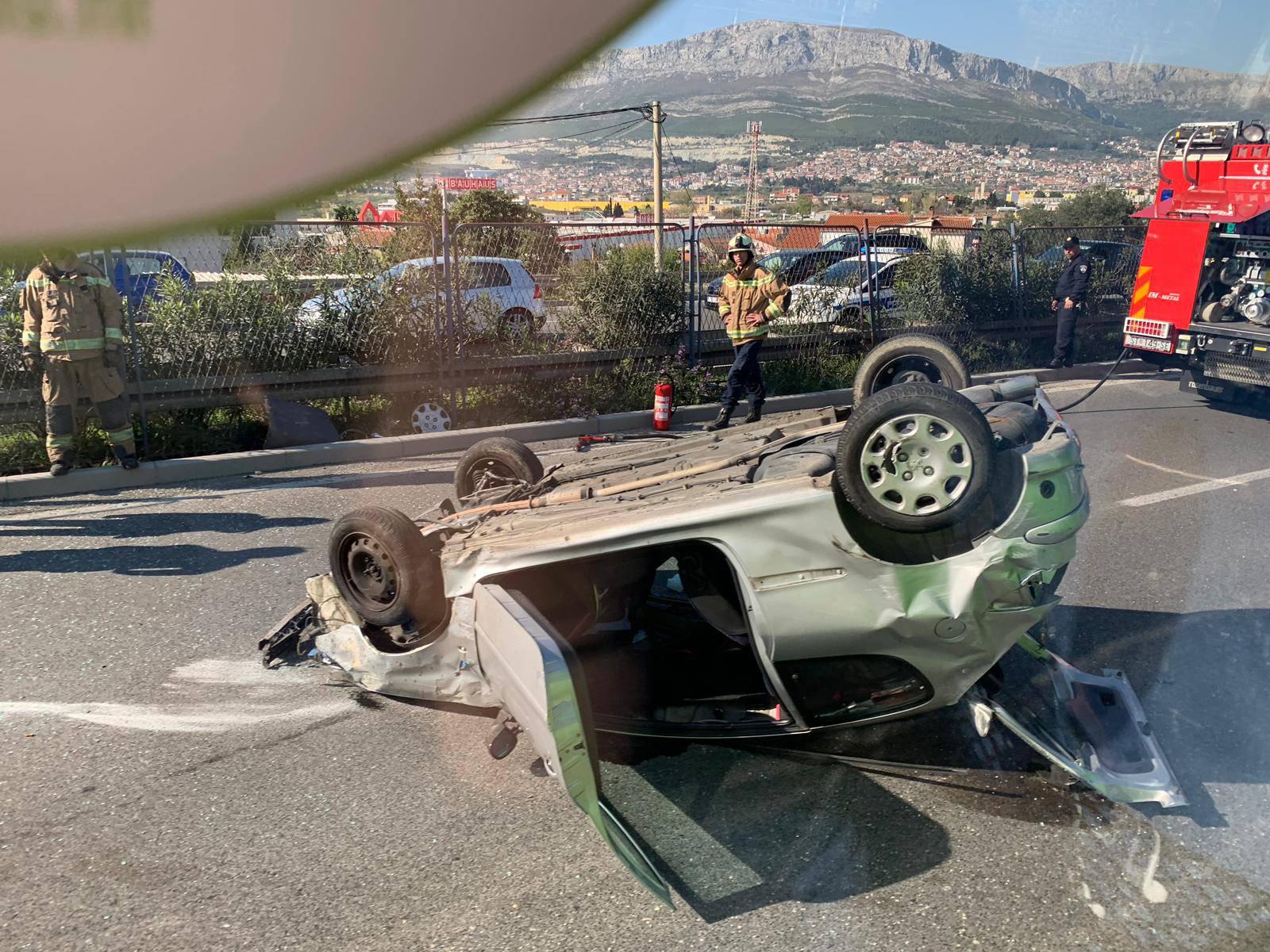 Split: Auto se prevrnuo na krov, jedan čovjek ozlijeđen