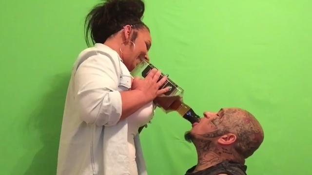 Riskirao je život: U 50 sekundi je iskapio veliku bocu viskija