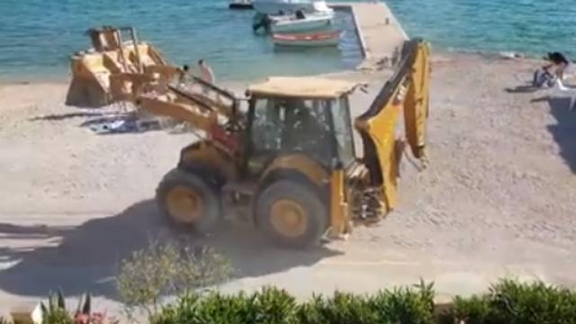 Turisti, duboko udahnite: Bager im iskrcao pijesak usred plaže