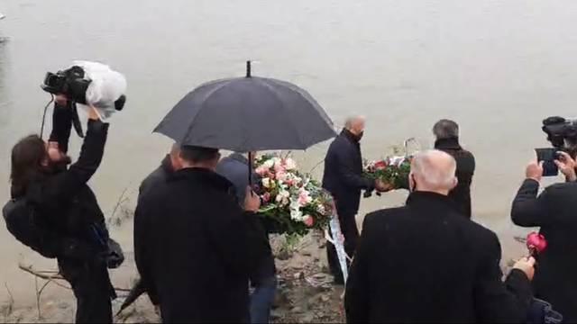 SNV položio vijence u Dunav za Vukovarce srpske nacionalnosti
