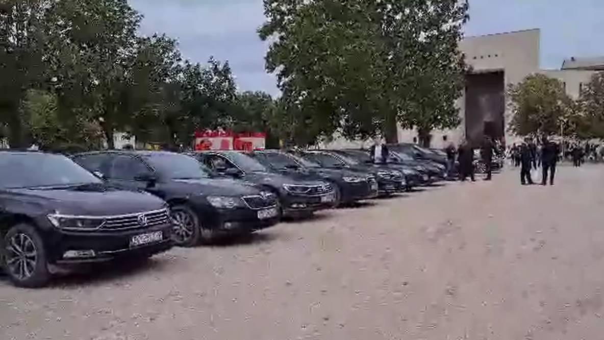Video: Pogledajte vozni park dužnosnika, političara i vojnih lica na proslavi Oluje u Kninu