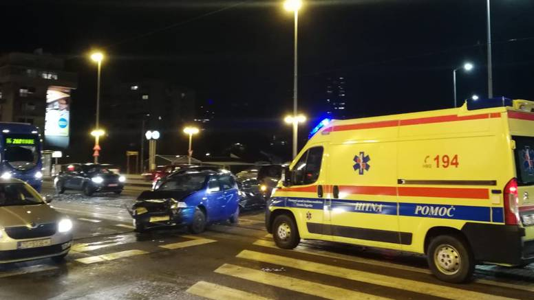 Na Savskoj se sudarila tri auta: Jedan je vozač lakše ozlijeđen