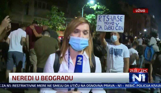 Lik s natpisom u live prijenosu iz Beograda je hit prosvjeda