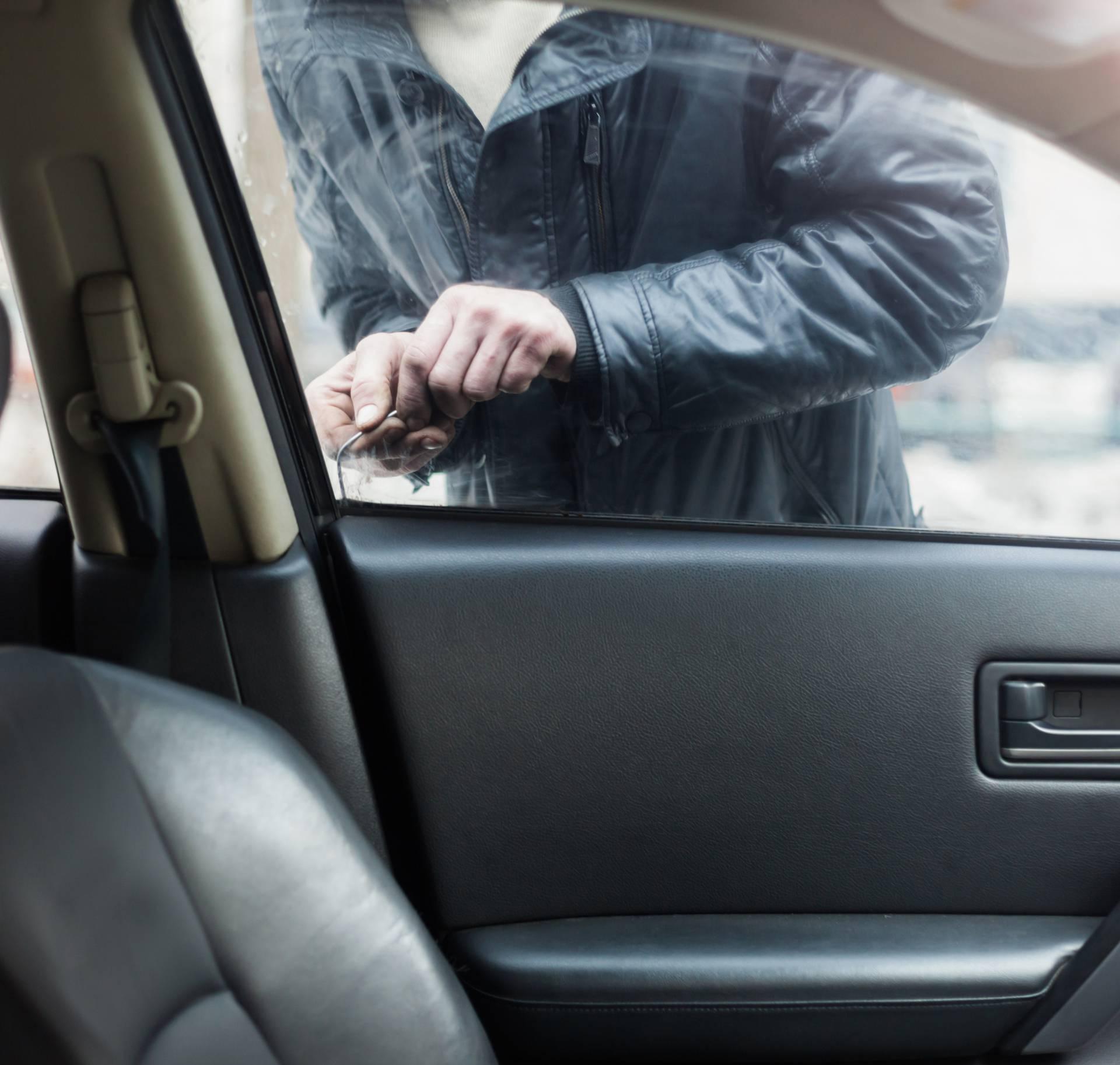 Trikovi kako otključati auto ako vam je ključ ostao unutra