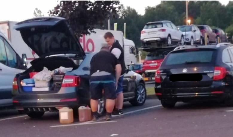 Nose i svoje gorivo: Turisti iz prtljažnika točili gorivo u aute
