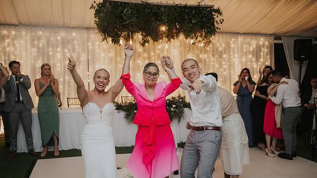 Mladenci se obrijali na ćelavo usred vjenčanja - svi su plakali