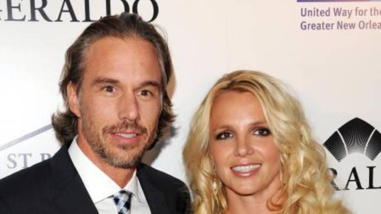 Fanovi sumnjaju da se Britney u tajnosti udala za bivšeg dečka