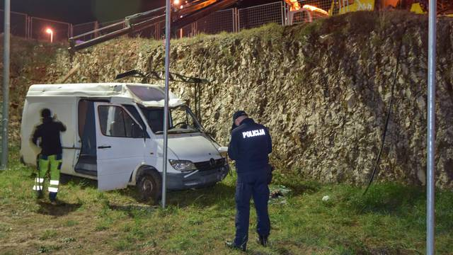 Zadar: U teškoj nesreći kombi završio u provaliji, izvlače ga dvije dizalice