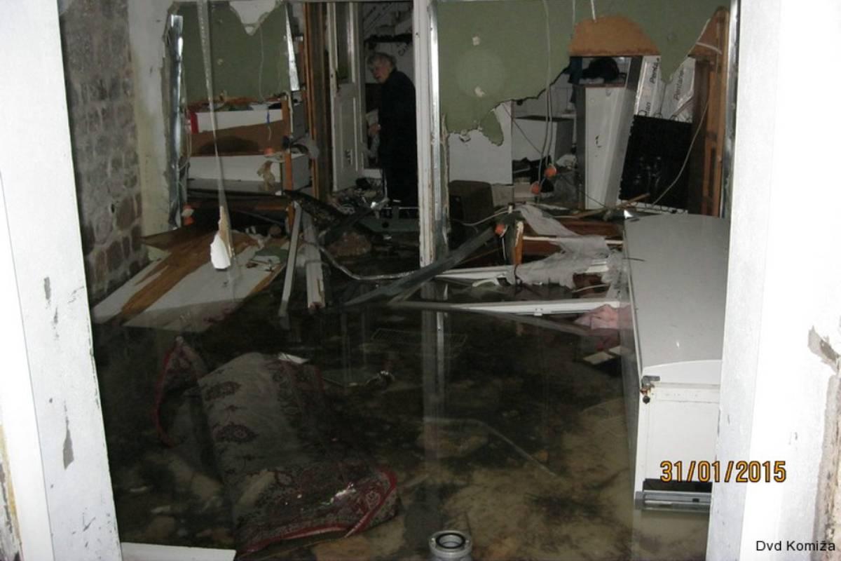 Oluja svih oluja u Komiži: Val probio vrata i ozlijedio ženu