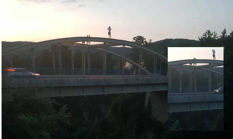 Zbog fotografija opet riskiraju živote: Popeli su se na most...