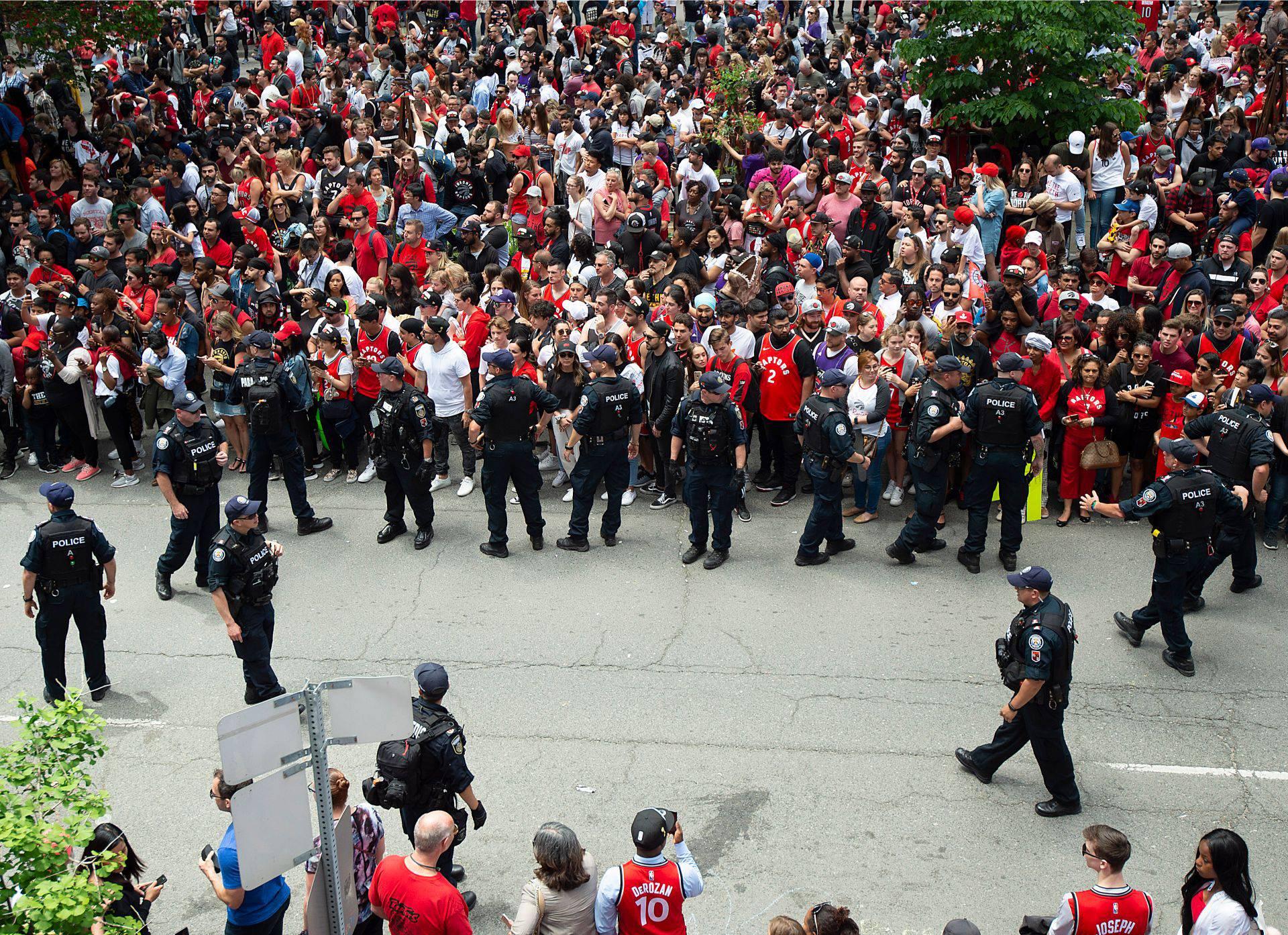 Na slavljeničkoj paradi Toronta propucali su i izboli dvoje ljudi