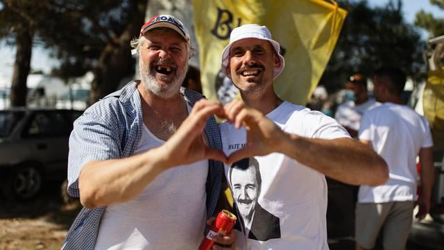 Enio Meštrović poznatiji kao Ričard prodaje majice na benkovačkom sajmu
