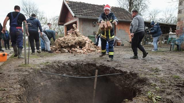 Mještani Mečenčana u strahu zbog rupa koje se otvaraju pokraj kuća