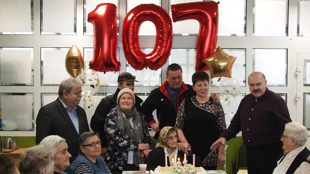 Pa, bako Josipa, sretan ti 107. rođendan! Sretna i vesela bila!