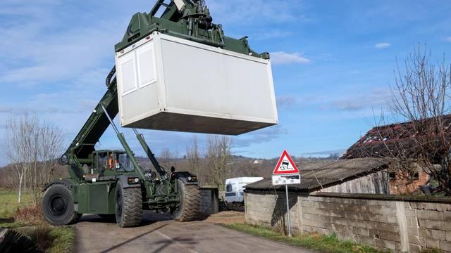Prekopa: Vojska postavlja kontejnere za privremeni smještaj nastradalih u potresu