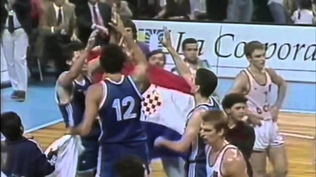 Košarkaši su osvojili svjetsko zlato, a Divac je nakon finala oteo navijaču hrvatsku zastavu