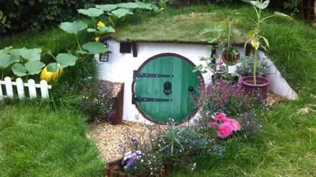 Ostvario je dječačke snove i u vrtu sagradio kuću za - hobite
